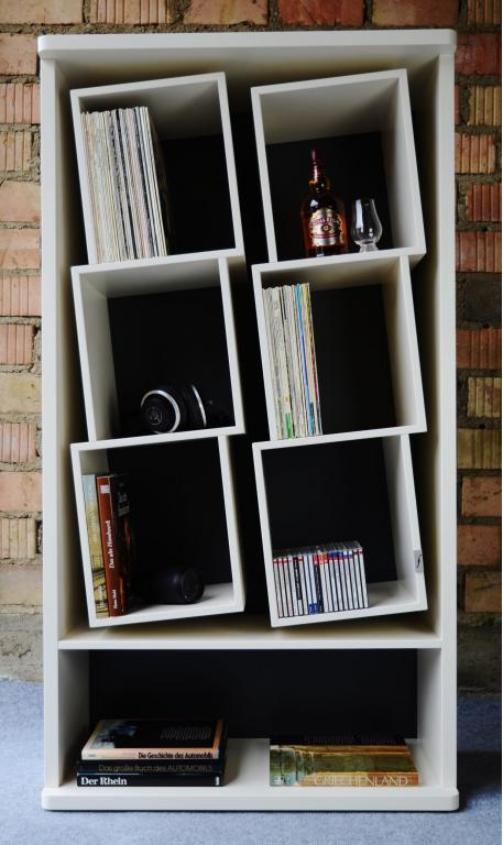 Das Schallplatten Regal mit den geneigten Fächern. Zur schonenden Aufbewahrung Ihrer Sammlung