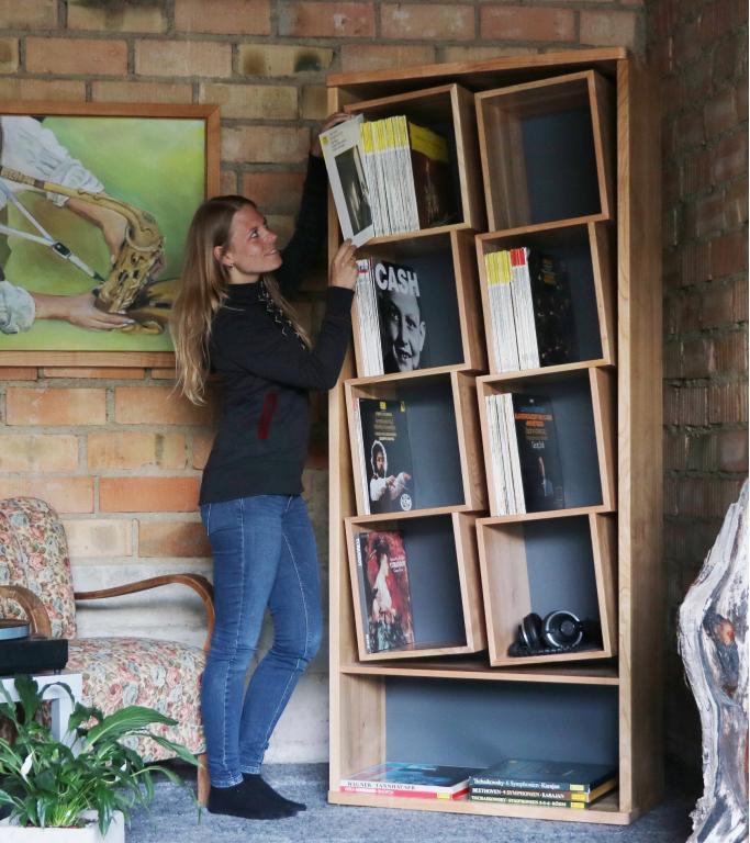 Das Schallplatten Regal mit den speziellen Fächern. Zur schonenden Aufbewahrung Ihrer Sammlung Das Schallplatten Regal mit den geneigten Fächern